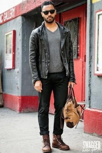 Cómo combinar: chaqueta motera de cuero negra, camiseta con cuello en v gris, pantalón chino negro, botas casual de cuero marrónes