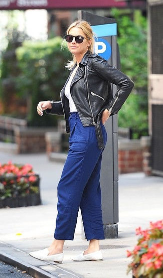 Emparejar una chaqueta motera de cuero negra y un pantalón de pinzas azul es una opción cómoda para hacer diligencias en la ciudad. Mocasín son una forma sencilla de mejorar tu look.