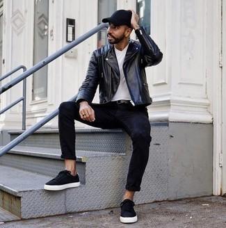 Cómo combinar una gorra de béisbol: Emparejar una chaqueta motera de cuero negra junto a una gorra de béisbol es una opción buena para el fin de semana. Opta por un par de tenis de lona negros para mostrar tu inteligencia sartorial.
