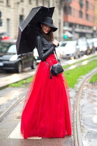 Cómo combinar: chaqueta motera de cuero negra, camiseta de manga larga negra, falda larga de tul roja, bolso bandolera de cuero negro