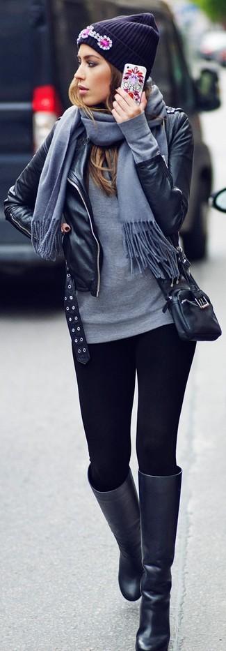 Opta por la comodidad en una chaqueta motera de cuero negra y unos leggings negros. Botas de caña alta de cuero negras añaden la elegancia necesaria ya que, de otra forma, es un look simple.