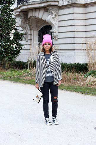 Cómo combinar: chaqueta motera de rayas verticales en blanco y negro, camiseta de manga larga estampada en gris oscuro, vaqueros pitillo desgastados negros, tenis en negro y blanco