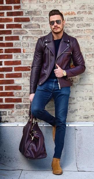 Cómo combinar: chaqueta motera de cuero burdeos, camiseta de manga larga negra, vaqueros pitillo azul marino, botines chelsea de ante en tabaco