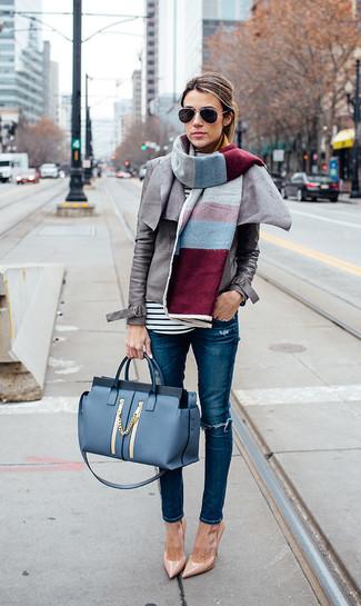 Cómo combinar: chaqueta motera de cuero gris, camiseta de manga larga de rayas horizontales en blanco y negro, vaqueros pitillo desgastados azules, zapatos de tacón de cuero marrón claro
