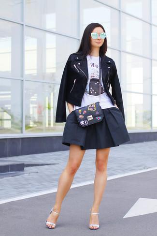 Cómo combinar: chaqueta motera de cuero negra, camiseta sin manga estampada blanca, falda skater negra, sandalias de tacón de cuero plateadas