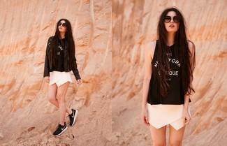 Cómo combinar: chaqueta motera de cuero negra, camiseta sin manga estampada en negro y blanco, pantalones cortos blancos, deportivas en negro y blanco
