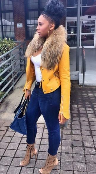 Cómo combinar: chaqueta motera de cuero amarilla, camiseta sin manga blanca, vaqueros pitillo azul marino, botines de cuero con recorte marrón claro