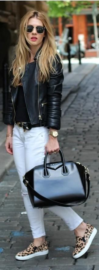 Cómo combinar una pulsera dorada: Emparejar una chaqueta motera de cuero negra con una pulsera dorada es una opción inigualable para el fin de semana. Zapatillas slip-on de leopardo marrón claro son una forma sencilla de mejorar tu look.