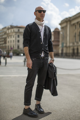 Cómo combinar: chaqueta motera de cuero negra, cárdigan negro, camiseta con cuello circular blanca, vaqueros negros