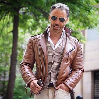 Cómo combinar una chaqueta motera de cuero marrón: Ponte una chaqueta motera de cuero marrón y unos vaqueros en beige para un look diario sin parecer demasiado arreglada.