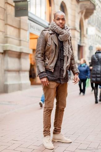 Cómo combinar: chaqueta motera de cuero marrón, chaqueta de punto con botones tipo trenca en gris oscuro, pantalón chino marrón, botas safari de ante en beige