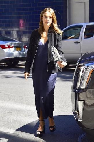 Look de Jessica Alba: Chaqueta motera con adornos negra, Vestido largo con recorte azul marino, Sandalias de tacón de ante negras