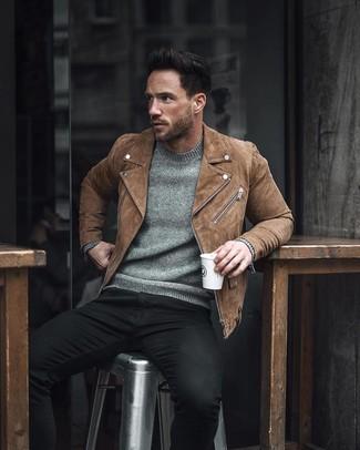 Cómo combinar: chaqueta motera de ante marrón, jersey con cuello circular gris, vaqueros pitillo negros