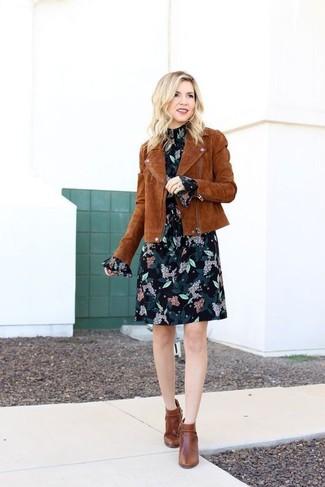 Cómo combinar: chaqueta motera de ante marrón, vestido recto de gasa con print de flores negro, botines de cuero marrónes