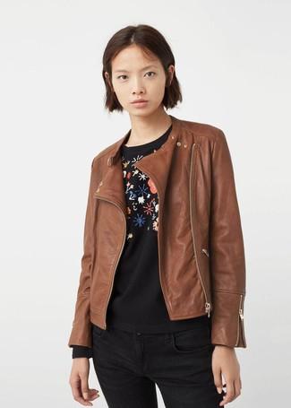 Cómo combinar: chaqueta motera de cuero marrón, jersey con cuello circular con print de flores negro, vaqueros pitillo negros