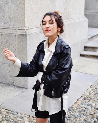 Cómo combinar unas mallas ciclistas negras: Considera ponerse una chaqueta motera de cuero negra y unas mallas ciclistas negras para un almuerzo en domingo con amigos.