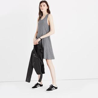 Una camiseta y una chaqueta motera de cuero negra son una gran fórmula de vestimenta para tener en tu clóset. Tenis en negro y blanco son una opción inigualable para completar este atuendo.