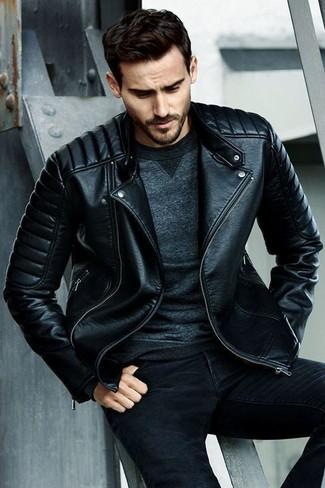 Cómo combinar: chaqueta motera de cuero acolchada negra, sudadera en gris oscuro, vaqueros pitillo negros