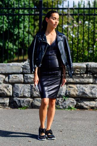 Cómo combinar unos tenis negros: Intenta combinar una chaqueta motera de cuero negra con un vestido ajustado de cuero negro para una apariencia fácil de vestir para todos los días. ¿Quieres elegir un zapato informal? Usa un par de tenis negros para el día.