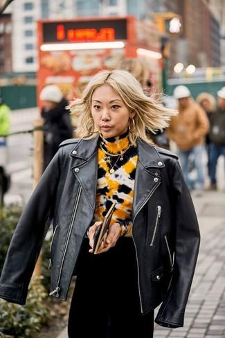 Cómo combinar: chaqueta motera de cuero negra, vestido de noche efecto teñido anudado negro, pendientes dorados