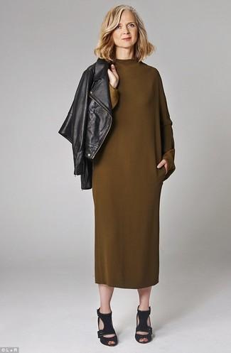 Cómo combinar: chaqueta motera de cuero negra, vestido midi verde oliva, sandalias de tacón de ante negras