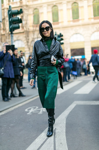 Cómo combinar: chaqueta motera de cuero negra, vestido midi verde oscuro, botas de caña alta de cuero negras