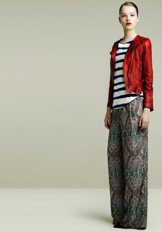 Look de moda: Chaqueta motera de cuero roja, Blusa sin mangas de rayas horizontales en blanco y azul marino, Pantalones anchos de paisley verdes