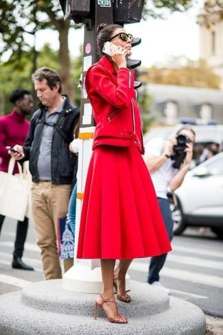 Cómo combinar: chaqueta motera de cuero roja, falda campana roja, sandalias de tacón de cuero marrón claro