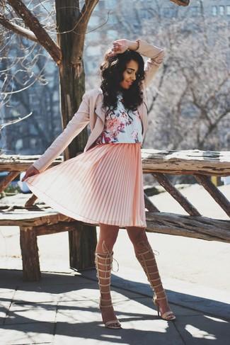 Cómo combinar: chaqueta motera de cuero rosada, vestido amplio con print de flores rosado, sandalias romanas altas de cuero en beige