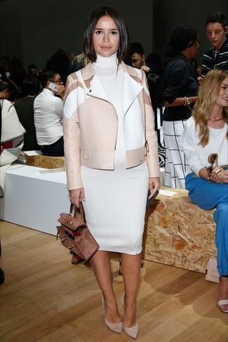 Look de Miroslava Duma: Chaqueta Motera de Cuero en Beige, Vestido Jersey Blanco, Zapatos de Tacón de Ante Grises, Bolso de Hombre de Ante Marrón