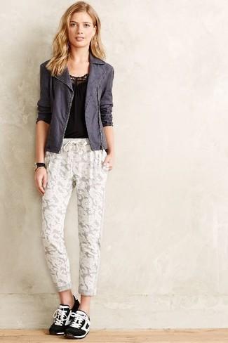 Cómo combinar: chaqueta motera en gris oscuro, camiseta sin manga negra, pantalón de chándal de encaje blanco, deportivas en negro y blanco