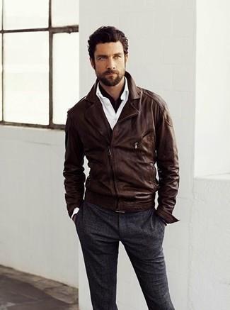 Cómo combinar: chaqueta motera de cuero en marrón oscuro, camisa de manga larga blanca, pantalón de vestir de lana en gris oscuro, bufanda de algodón en marrón oscuro