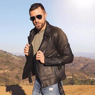 Cómo combinar: chaqueta motera de cuero en marrón oscuro, camiseta con cuello circular verde oliva, vaqueros pitillo desgastados azules, gafas de sol negras