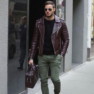 Cómo combinar: chaqueta motera de cuero en marrón oscuro, jersey con cuello circular negro, pantalón cargo verde oliva, portafolio de cuero morado oscuro