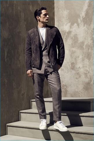 Cómo combinar: chaqueta motera de ante en marrón oscuro, traje en marrón oscuro, camiseta con cuello circular blanca, tenis de cuero blancos