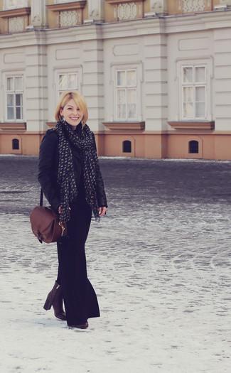 Cómo combinar: chaqueta motera de cuero negra, falda larga negra, botines de cuero en marrón oscuro, bolso de hombre de cuero marrón