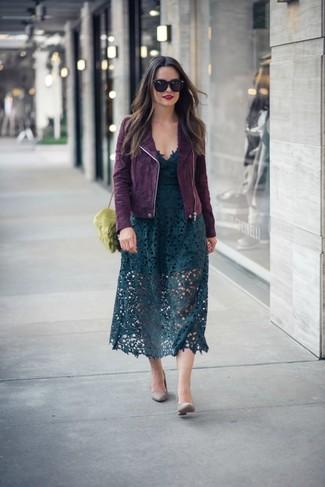 Cómo combinar unos zapatos de tacón de cuero grises: Haz de una chaqueta motera de ante morado oscuro y una falda midi de encaje verde oscuro tu atuendo para conseguir una apariencia glamurosa y elegante. Este atuendo se complementa perfectamente con zapatos de tacón de cuero grises.
