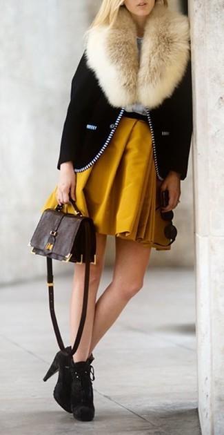 Cómo combinar: chaqueta motera negra, falda skater mostaza, botines de ante en marrón oscuro, bolso bandolera de cuero en marrón oscuro