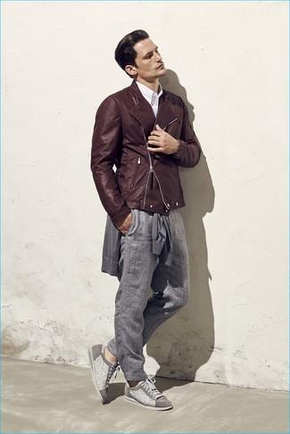 Cómo combinar: chaqueta motera de cuero en marrón oscuro, jersey con cuello circular gris, camisa de manga larga de rayas verticales blanca, pantalón chino gris