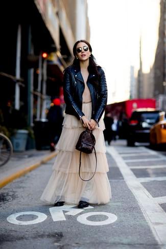 Cómo combinar: chaqueta motera de cuero negra, jersey con cuello circular marrón claro, falda larga de tul en beige, botas planas con cordones de cuero negras