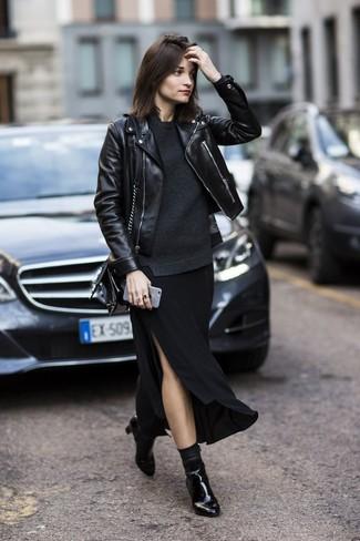 Cómo combinar una falda larga con recorte negra (2 looks de moda ... 36ac817185c28
