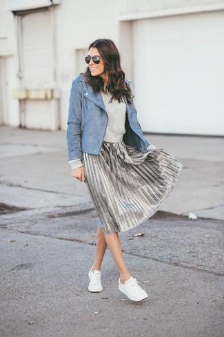 Cómo combinar: chaqueta motera de cuero azul, jersey con cuello circular gris, falda midi plisada plateada, tenis blancos