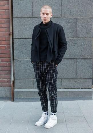 Cómo combinar unas zapatillas altas de cuero blancas: Considera emparejar una chaqueta motera negra junto a un pantalón chino a cuadros azul marino para conseguir una apariencia relajada pero elegante. Zapatillas altas de cuero blancas añaden un toque de personalidad al look.