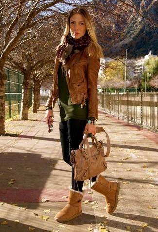 Outfits mujeres: Para un atuendo tan cómodo como tu sillón intenta ponerse una chaqueta motera de cuero marrón y unos leggings negros. Si no quieres vestir totalmente formal, haz botas ugg marrón claro tu calzado.