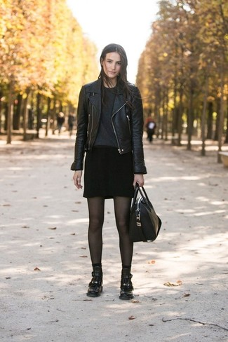 Cómo combinar: chaqueta motera de cuero negra, jersey con cuello circular negro, minifalda negra, botines de cuero negros