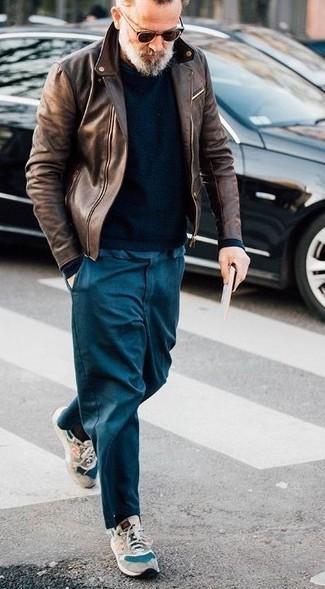 Cómo combinar una chaqueta motera de cuero marrón: La versatilidad de una chaqueta motera de cuero marrón y un pantalón chino azul marino los hace prendas en las que vale la pena invertir. Para el calzado ve por el camino informal con deportivas de ante en beige.