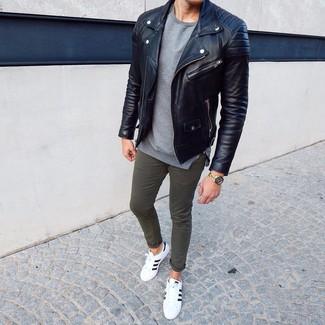 Cómo combinar: chaqueta motera de cuero negra, jersey con cuello circular gris, pantalón chino verde oliva, tenis de cuero en blanco y negro