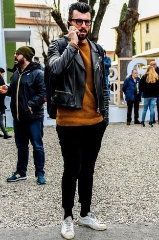 Cómo combinar un jersey con cuello circular en tabaco: Para un atuendo que esté lleno de caracter y personalidad casa un jersey con cuello circular en tabaco con un pantalón chino negro. Para darle un toque relax a tu outfit utiliza tenis de cuero blancos.