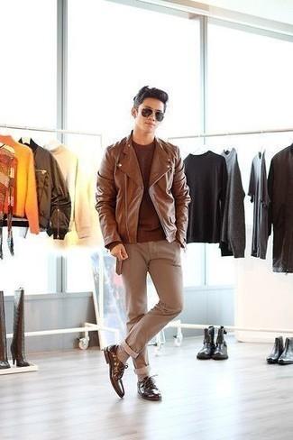 Cómo combinar unos calcetines en beige: Considera emparejar una chaqueta motera de cuero marrón junto a unos calcetines en beige transmitirán una vibra libre y relajada. Dale onda a tu ropa con zapatos derby de cuero marrónes.