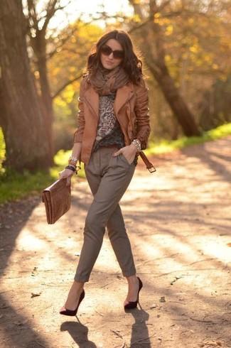 Cómo combinar: chaqueta motera de cuero marrón, jersey con cuello circular de leopardo marrón, pantalón de pinzas marrón, zapatos de tacón de ante burdeos